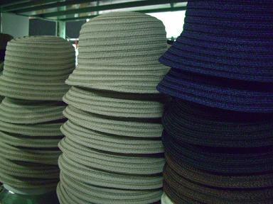 マニラ麻とビスコース素材を組み合わせた帽子です