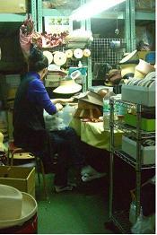 連日、集中して帽子製作に取り組む菊永女史。顔は控えてとオトメ心(笑)