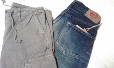 左はアタクシ、綿麻のメンズのパンツなんと70%オフ! 右は家人、気に入ったものはプロパー…